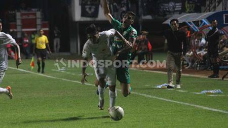 Seto Nurdiantoro memantau ketatnya persaingan pemain PSS Sleman vs Persebaya Surabaya. - INDOSPORT