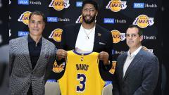 Indosport - Anthony Davis saat diperkenalkan sebagai pemain anyar LA Lakers.