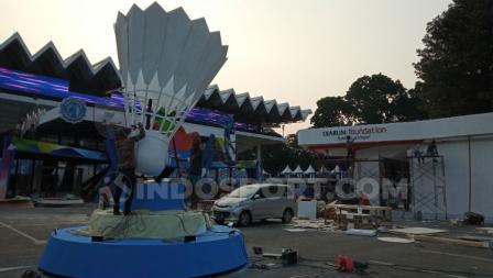 Kok raksasa menghiasi bagian depan Istora. Foto: Herry Ibrahim/INDOSPORT