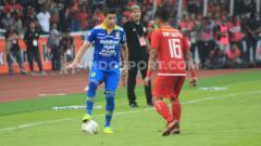 Indosport - Rencana perpanjangan kontrak Esteban Vizcarra (kiri) di Persib Bandung membuat sebagian suporter Pangeran Biru di media sosial merasa geram.