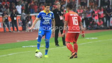 Gelandang Persib, Esteban Vizcarra mencoba melewati bek Persija, Tony Sucipto di Stadion Gelora Bung Karno (GBK), Jakarta, Rabu (10/07/19). Foto: Arif Rahman/INDOSPORT - INDOSPORT
