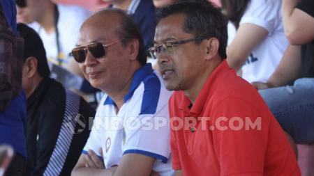 Aji Santoso menyaksikan laga PSIM vs PSBS Biak di Stadion Sultan Agung, Bantul, Minggu (14/07/19). - INDOSPORT