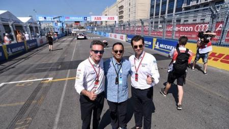 Gubernur DKI Jakarta, Anies Baswedan, berpose di arena balap Formula E di Brooklyn, New York. - INDOSPORT