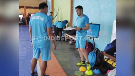 Pemahaman taktik dari pelatih Timnas Futsal Indonesia, Kensuke Takahashi ke penerjemahnya, Agil. Foto: Cosmas Bayu Agung Sadhewo/INDOSPORT - INDOSPORT