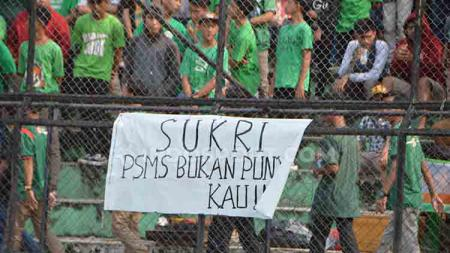 Spanduk-spanduk penolakan pengklaiman atas hak cipta nama dan logo PSMS Medan yang terpasang di tribun Stadion Teladan Medan. - INDOSPORT