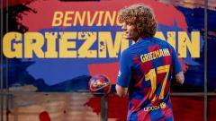 Indosport - Antoine Griezmann resmi mengenakan jersey nomor punggung saat diperkenalkan di Camp Nou.
