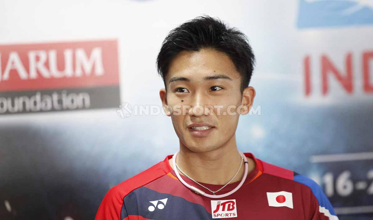 Tunggal putra Jepang Kento Momota, pada sesi jumpa pers top atlet luar negeri jelang Indonesia Open 2019 di Media Center Istora Senayan, Senin (15/07/19). Foto: Herry Ibrahim/INDOSPORT Copyright: Herry Ibrahim/INDOSPORT