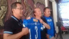 Indosport - PSIM Yogyakarta resmi menunjuk Aji Santoso sebagai pelatih, Aji diperkenalkan langsung ke awak media di Wisma PSIM, Senin (15/07/19). Foto: Ronald Seger Prabowo/INDOSPORT