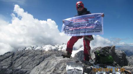 Carstensz Rex Engka saat sukses mendaki puncak gunung Carstensz. - INDOSPORT