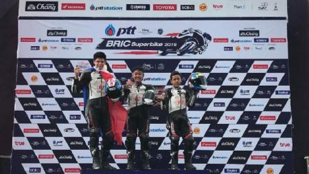Dua pembalap Indonesia binaan Astra Honda Motor (AHM), Azryan Dheyo Wahyumaniadi dan Herlian Dandi, sukses naik podium di seri 3 Thailand Talent Cup 2019. - INDOSPORT