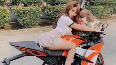 Mantan Lady bikers, Angela Lorenza sedang demam eSports. Ia rela goyang pinggul demi mengajak netizen mabar Mobile Legends. - INDOSPORT