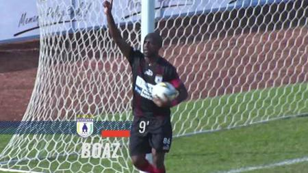 Boaz Solossa melakukan selebrasi usai cetak gol ke gawang Madura United. - INDOSPORT
