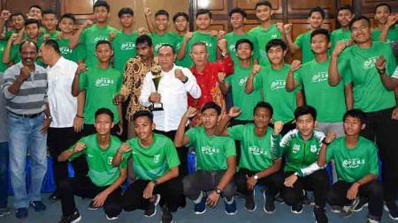 Skuat PSMS Medan Junior foto bersama dengan Gubernur Sumut Edy Rahmayadi. - INDOSPORT