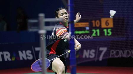 Tunggal putri Indonesia, Gregoria Mariska menang atas tunggal Thailand, Pornpawee ChoChuwong dengan skor 21-10 dan 21-8 pada babak pertama Indonesia Open 2019 di Istora Senayan, Selasa (16/07/19). - INDOSPORT