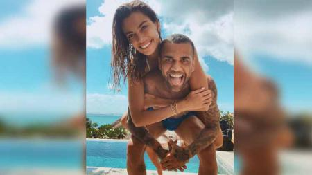 Dani Alves saat berlibur bersama Joana Sanz. - INDOSPORT