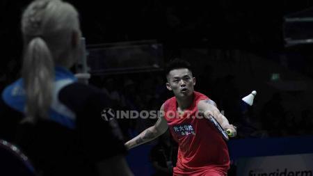Tunggal China, Lin Dan berhasil mengalahkan tunggal Swedia Jason Anthony dengan skor 14-21, 21-16 dan 21-16 pada babak pertama Indonesia Open 2019 di Istora Senayan, Selasa (16/07/19). Foto: Herry Ibrahim/INDOSDPORT - INDOSPORT