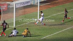 Indosport - Peluang yang didapat Boaz Solossa di depan mulut gawang Madura United. Foto: Sudjarwo/INDOSPORT