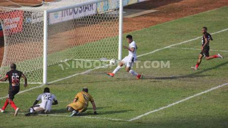 Peluang yang didapat Boaz Solossa di depan mulut gawang Madura United. Foto: Sudjarwo/INDOSPORT - INDOSPORT