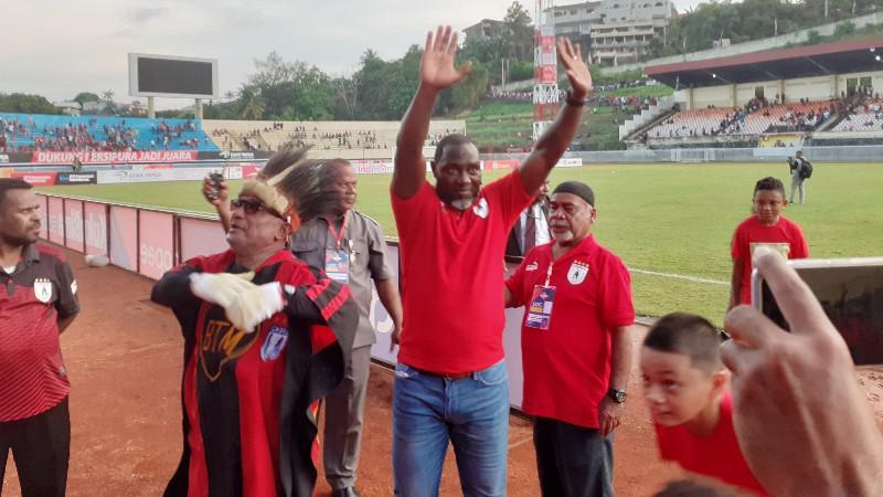 Jacksen F Tiago mendapatkan sambutan atas kemenangan perdana Persipura di laga perdananya sebagai pelatih. Copyright: Sudjarwo/INDOSPORT.COM