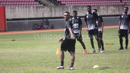Striker Persipura Jayapura, Titus Bonai memuji keberhasilan Jakcsen F. Tiago membangkitkan semangat pemain Mutiara Hitam. - INDOSPORT