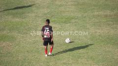 Indosport - Pemain Muda Persipura Jayapura, Todd Rivaldo Ferre saat hendak mengeksekusi tendangan bebas. Foto: Sudjarwo/INDOSPORT