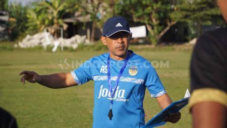 Aji Santoso perdana memimpin latihan PSIM Yogyakarta di Lapangan Tamanan, Selasa (16/7/19). Foto: Ronald Seger Prabowo/INDOSPORT - INDOSPORT