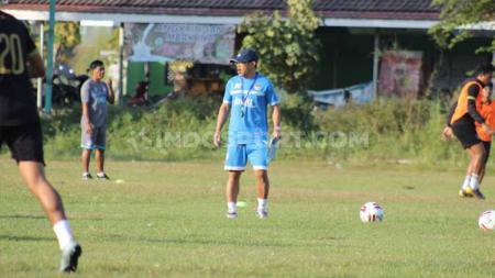 Aji Santoso perdana memimpin latihan PSIM Yogyakarta di Lapangan Tamanan. - INDOSPORT
