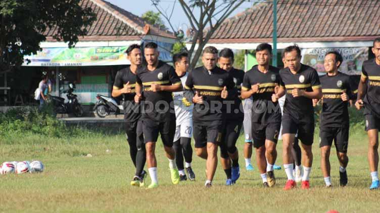 Para pemain PSIM Yogyakarta saat latihan di Lapangan Tamanan, Selasa (16/07/19). Foto: Ronald Seger Prabowo/INDOSPORT Copyright: Ronald Seger Prabowo/INDOSPORT