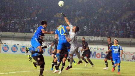 Dendi Agustan Maulana mengalami sebuah insiden dalam laga Persib Bandung melawan Kalteng Putra di Stadion Si Jalak Harupat, Bandung, pada Selasa (16/7/19). Foto: Arif Rahman/INDOSPORT - INDOSPORT
