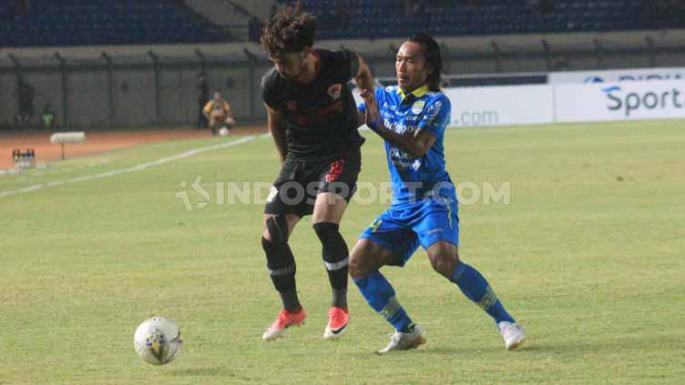 Pemain Persib Bandung, Hariono mencoba merebut bola dari pemain Kalteng Putra pada pertandingan Shopee Liga 1 2019 di Stadion Si Jalak Harupat, Kabupaten Bandung, Selasa (16/07/2019). Foto: Arif Rahman/INDOSPORT Copyright: Arif Rahman/INDOSPORT