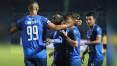 Indosport - Selebrasi para pemain Arema saat merayakan golnya ke gawang Badak Lampung dilaga kandang Shopee Liga 1, Selasa (16/07/2019)