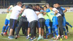 Indosport - Persib Bandung berdoa bersama sebelum jelang pertandingan Liga 1 2019. Foto: Arif Rahman/INDOSPORT