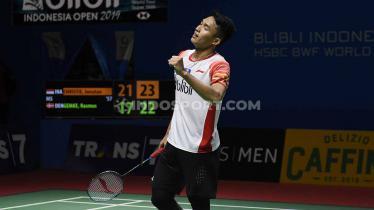 Tunggal putra Indonesia, Jonatan Christie berhasil mengalahkan lawannya tunggal putra Denmark, Rasmus Gemke 21-17 dan 24-20 pada babak pertama Indonesia Open 2019 di Istora Senayan, Selasa (16/07/19). - INDOSPORT