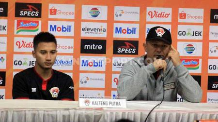 Pelatih Kalteng Putra, Gomes de Oliveira (kanan) didampingi pemainnya Dendi Agustan saat konferensi pers seusai pertandingan menghadapi Persib Bandung di Stadion Si Jalak Harupat, Kab. Bandung, Selasa (16/7/19). Foto: Arif Rahman/INDOSPORT - INDOSPORT