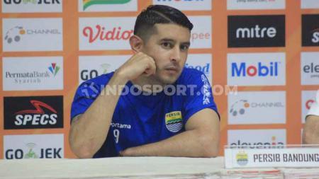 Gelandang Persib Bandung, Esteban Vizarra saat konferensi pers. Foto: Arif Rahman/INDOSPORT - INDOSPORT