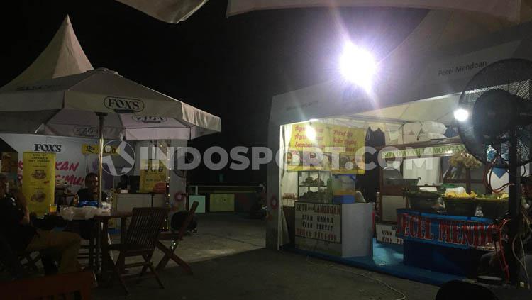 Aneka makanan di kawasan Istora Senayan, Jakarta, bisa jadi