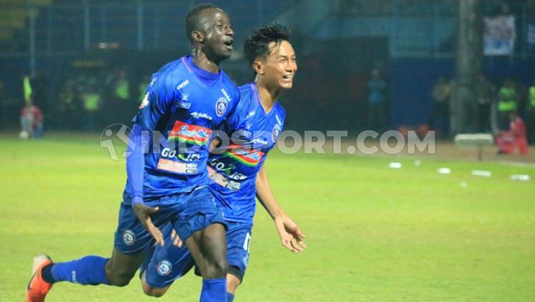 Selebrasi gol Makan Konate  setelah hattrick dalam kemenngan arema fc 4-1 atas Badak Lampung Copyright: Ian Setiawan/INDOSPORT.COM