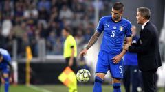 Indosport - Gianluca Mancini (kiri) saat mendapat arahan dari pelatihnya di Timnas Italia, Roberto Mancini.