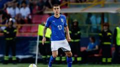 Indosport - Manchester United dan Chelsea dikabarkan tengah saling sikut demi bisa mendapatkan jasa bek andalan AS Roma.