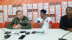 Indosport - Bek Madura United, Fachrudin Aryanto (tengah) bersama sang pelatih, Dejan Antonic saat konferensi pers usai laga