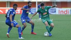 Indosport - Pemain PSS Sleman dikepung penggawa PSIS Semarang.