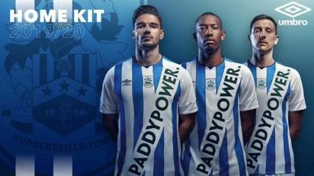 Klub yang baru saja terdegradasi dari Liga Primer Inggris, Huddersfield Town, terancam sanksi Asosiasi Sepak Bola Inggris (FA) gara-gara tampilan nyeleneh pada jersey baru mereka. - INDOSPORT