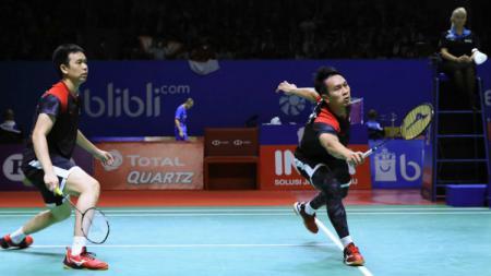 Mohammad Ahsan/Hendra Setiawan mampu melayani smash bertubi-tubi dari wakil China, Li Jun Hui/Liu Yu Chen, di semifinal Hong Kong Open 2019 dan menang. - INDOSPORT
