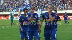 Indosport - Bek PSIS Wallace Costa saat berselebrasi usai mencetak gol ke gawang PSS.
