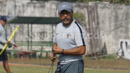 Fakhri Husaini mendapat kejutan tak terduga saat Timnas Indonesia U-19 melawan Deltras Sidoarjo, Sabtu (20/07/19). Fitra Herdian Ariestianto/INDOSPORT. - INDOSPORT