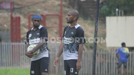 Dua Pemain senior yang masih menjadi andalan klub Persipura Jayapura, Boaz Solossa dan Ian Louis Kabes. - INDOSPORT
