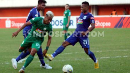 Winger PSS Sleman, Kushedya Hari Yudo berusaha melewati kawalan dua pemain PSIS, Safrudin Tahar dan M Rio Saputro dalam laga di Stadion Maguwoharjo. - INDOSPORT
