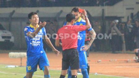 Wasit memberikan kartu merah kepada bek Persib Bandung, Bojan Malisic setelah mendapat kartu kuning kedua, saat menghadapi Kalteng Putra di Stadion Si Jalak Harupat, Selasa (16/7/19). - INDOSPORT