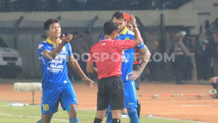 Wasit memberikan kartu merah kepada bek Persib Bandung, Bojan Malisic setelah mendapat kartu kuning kedua, saat menghadapi Kalteng Putra di Stadion Si Jalak Harupat, Kabupaten Bandung, Selasa (16-07-19) kemarin Copyright: Arif Rahman/INDOSPORT