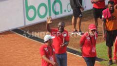 Indosport - Pelatih Persipura Jayapura, Jacksen F. Tiago (tengah) saat menyapa publik Persipura di Stadion Mandala.